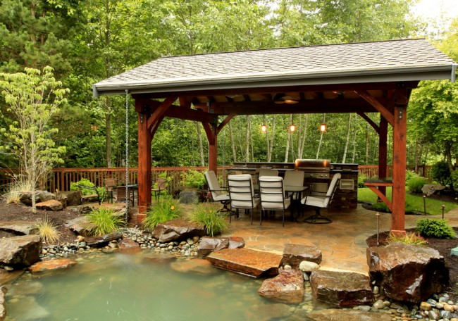 Espace barbecue extérieur avec vue imprenable sur l'étang décoratif