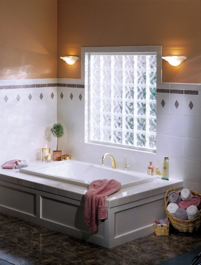 fenêtre en brique de verre dans la salle de bain