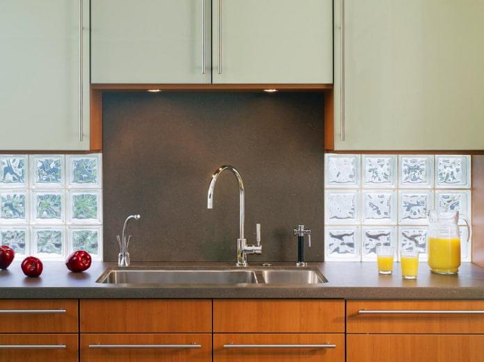 tablier en verre dans la cuisine