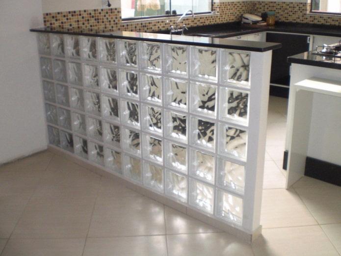 blocs de verre transparents dans la cuisine