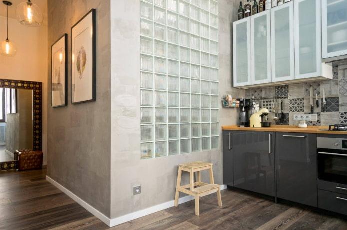 blocs de verre entre cuisine et salle de bain