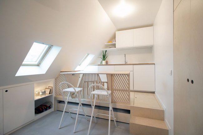 Mobilier transformable pour la cuisine, présenté sous forme de chaises pliantes et d'un podium avec boîtes de rangement