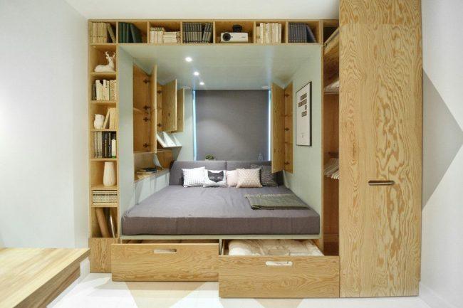Un meuble transformateur qui combine un lit et de nombreux tiroirs est idéal pour un petit appartement