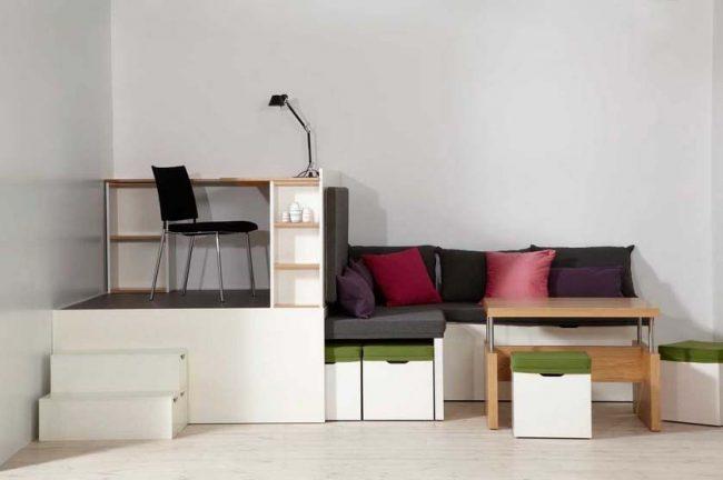 Unité de transformation modulaire avec un lieu de travail et un lieu de repos, ainsi que le stockage des objets