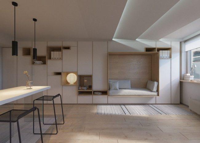 Le mur intégré est à la fois une armoire et un coin salon