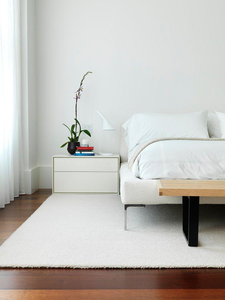 La chambre est décorée dans des couleurs monochromes blanches
