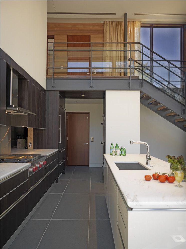 Il n'y a rien de superflu dans la chambre de style minimaliste.