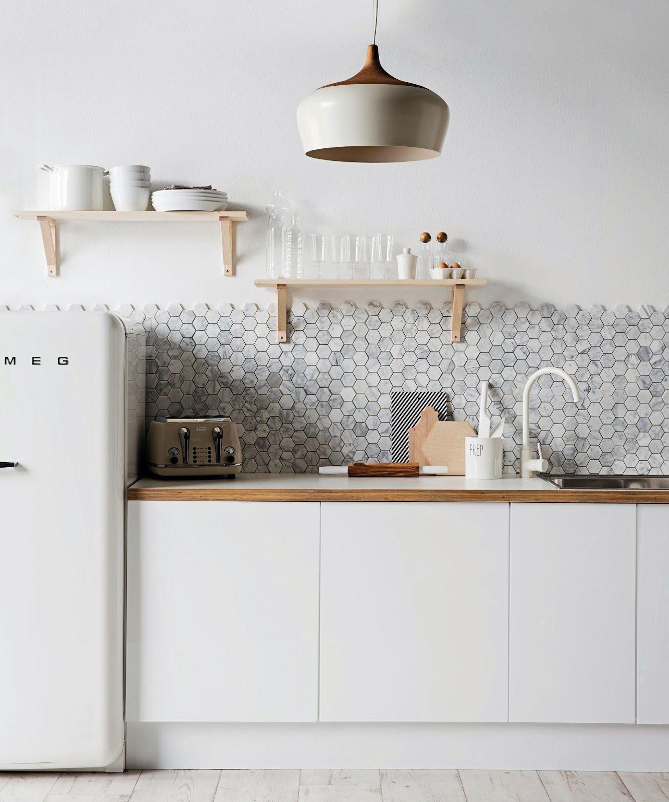 La cuisine est décorée dans un design lumineux unique