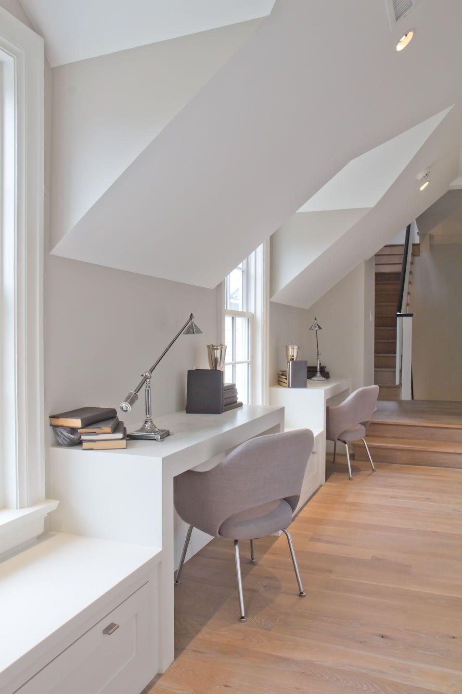 Le plafond et les murs de la pièce sont peints avec de la peinture blanche