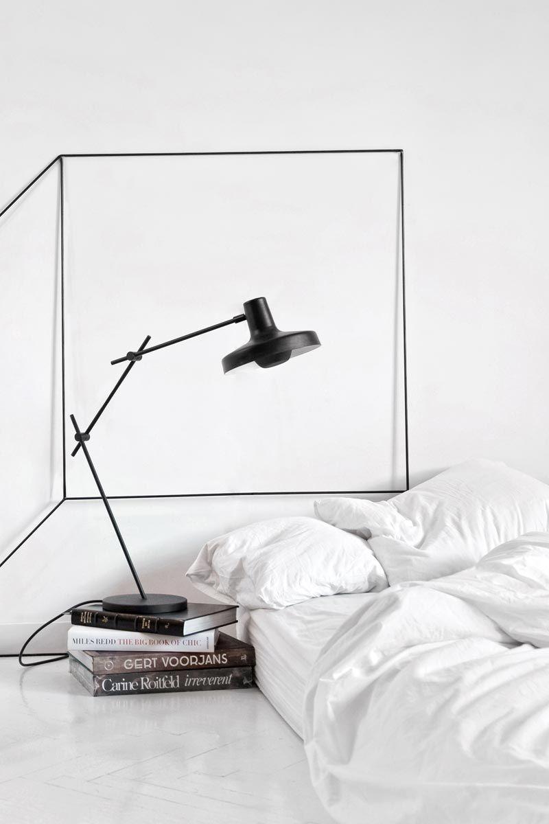 Un exemple frappant d'extra-minimalisme est un matelas sans lit et un livre au lieu d'une table de chevet