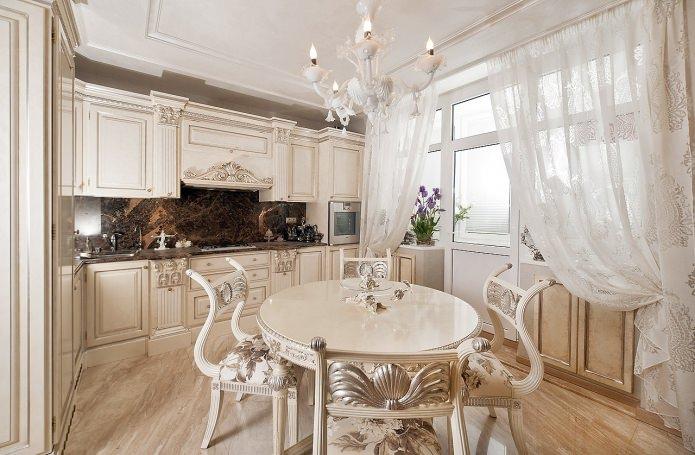 rideaux à motifs sur le balcon ouvrant dans la cuisine