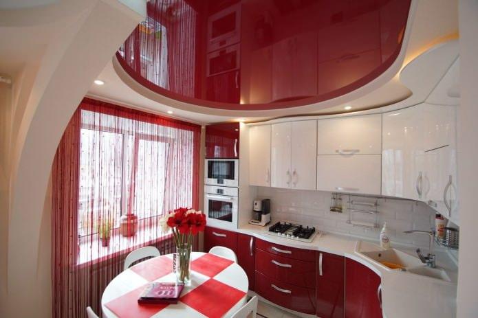 mousseline rouge à l'intérieur de la cuisine
