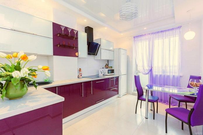 rideaux lilas sur le balcon ouvrant dans la cuisine