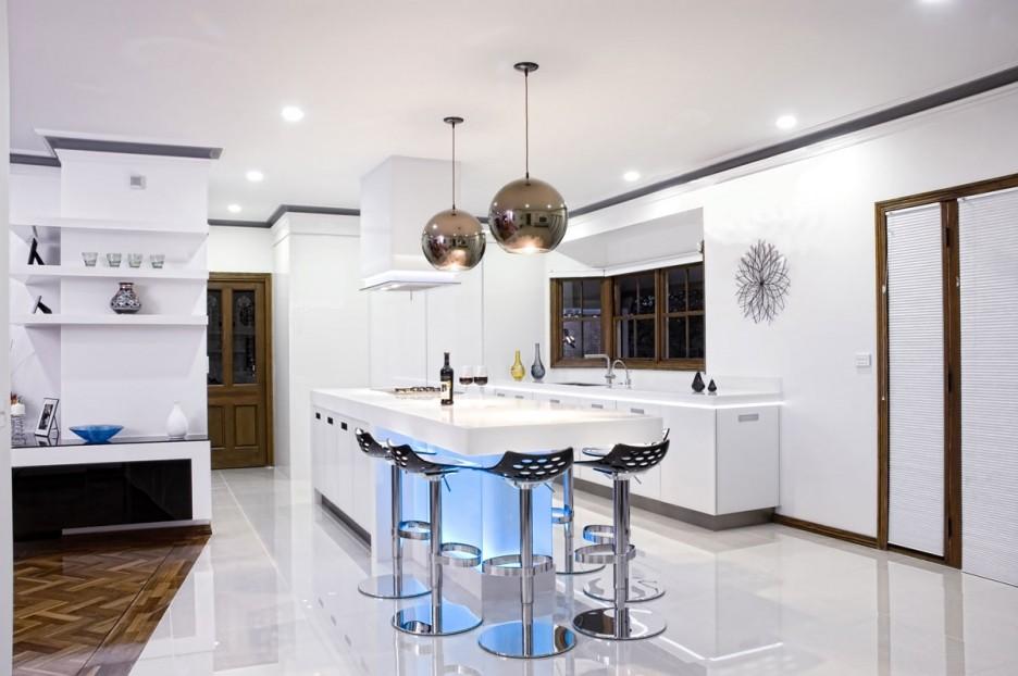 Photo 3 - Les lampes argentées élégantes se marient bien dans une cuisine blanche
