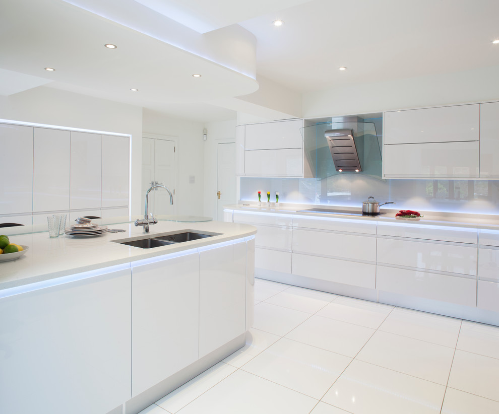 Photo 9 - Éclairage ponctuel dans une cuisine blanche élégante