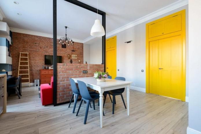 Portes contrastées dans le salon loft