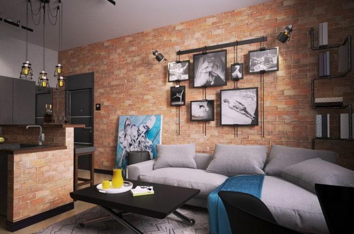 Affiches et peintures sur fond de mur de briques