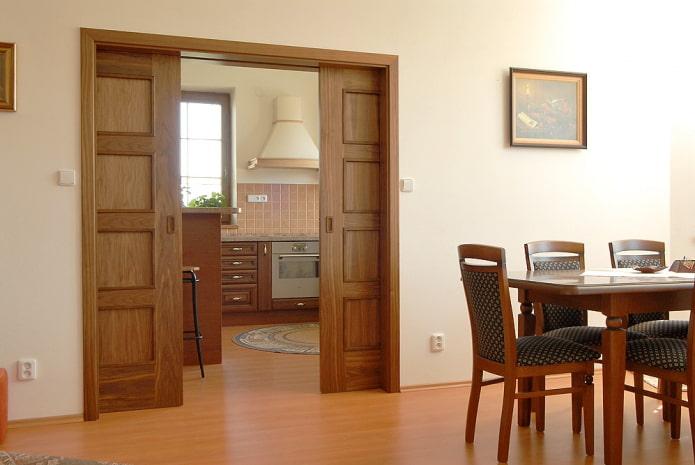 portes de compartiment en bois à l'intérieur