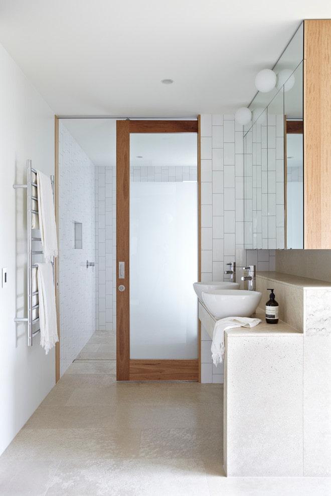 portes de compartiment à l'intérieur de la salle de bain