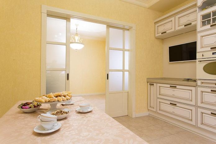 portes de compartiment à l'intérieur de la cuisine