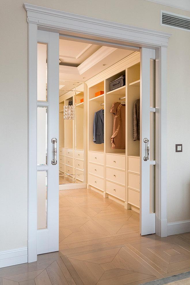 portes de compartiment à l'intérieur du dressing