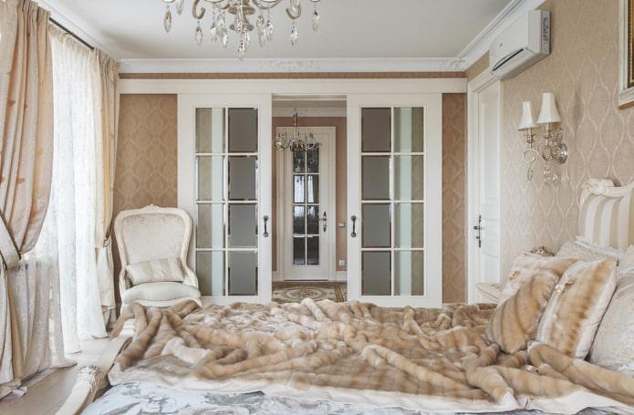 portes de compartiment à l'intérieur de la chambre