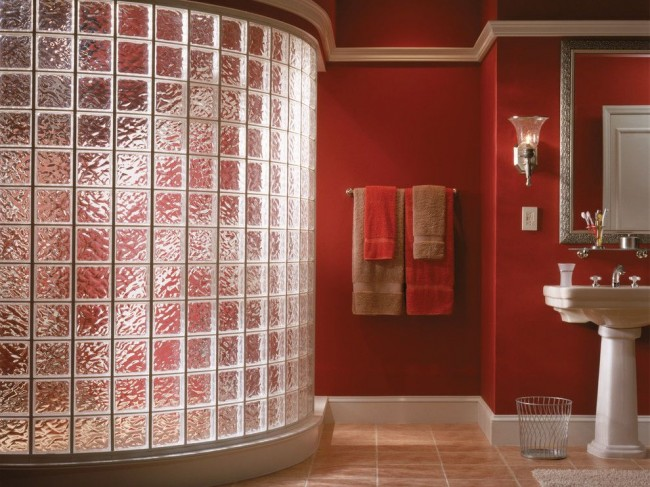 Couleur rouge à l'intérieur de la salle de bain