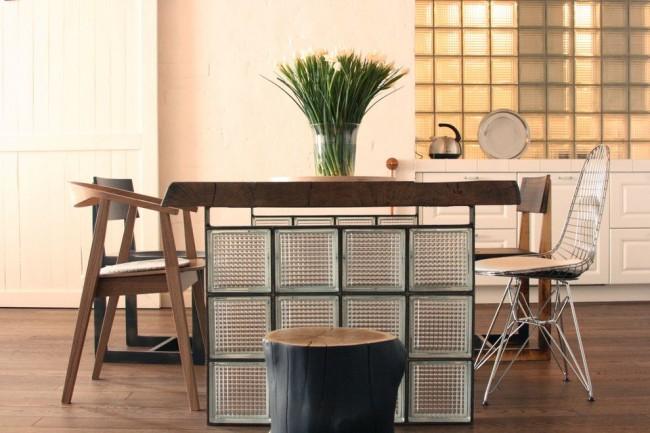 Table insolite dans un intérieur moderne