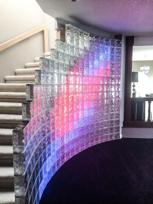 Escalier au deuxième étage, décoré d'un mur de verre