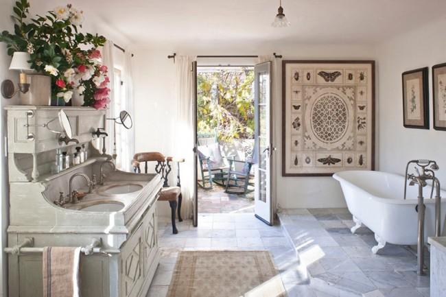 Belle salle de bain spacieuse de style provençal
