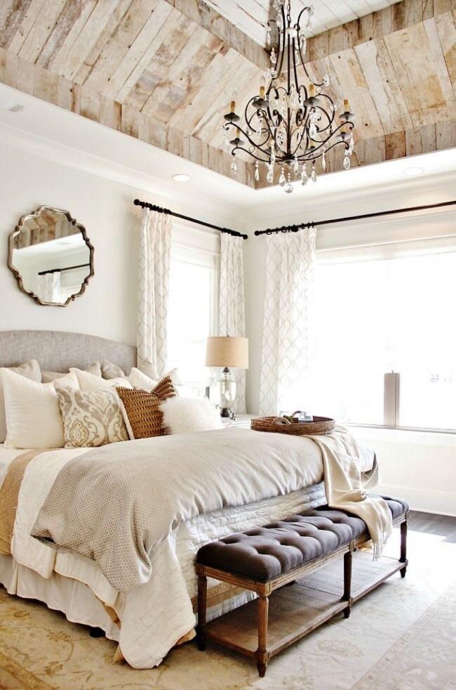 Plafond voûté en bois et murs blancs