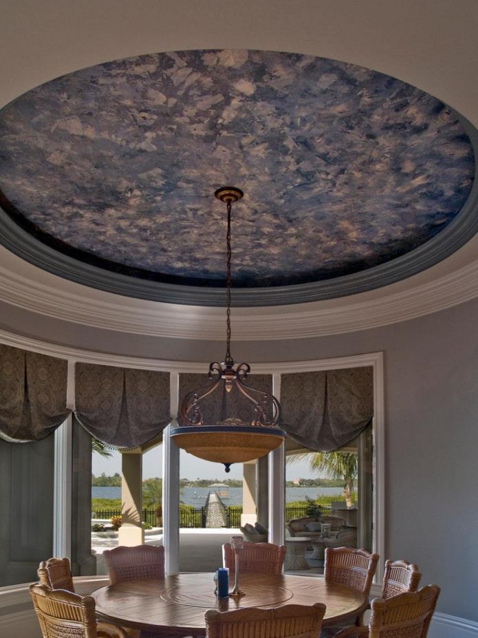 plâtre au plafond à l'intérieur de la salle à manger