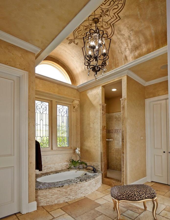 plâtre au plafond à l'intérieur de la salle de bain