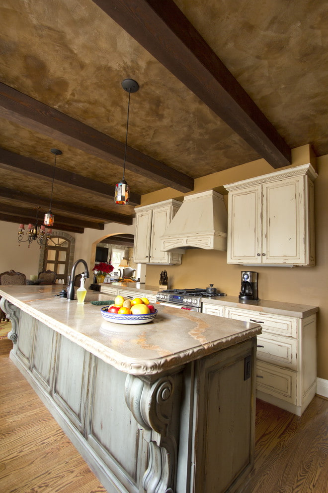 plâtre au plafond à l'intérieur de la cuisine