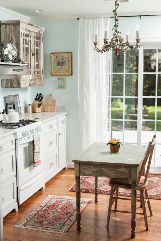 Encadrement traditionnel d'une fenêtre dans une cuisine de style champêtre
