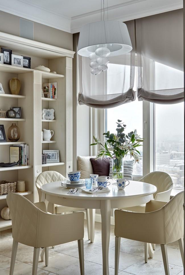 Stores romains en matériau transparent léger.  Le style transitionnel de la conception de la cuisine vous permet de choisir une corniche de plafond même après la fin des travaux de construction et de réparation du plafond.  Une baguette décorative vous y aidera facilement.