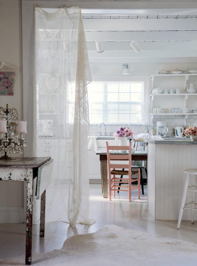 Zonage de la salle à manger avec du tulle aéré dans une cuisine de campagne décontractée