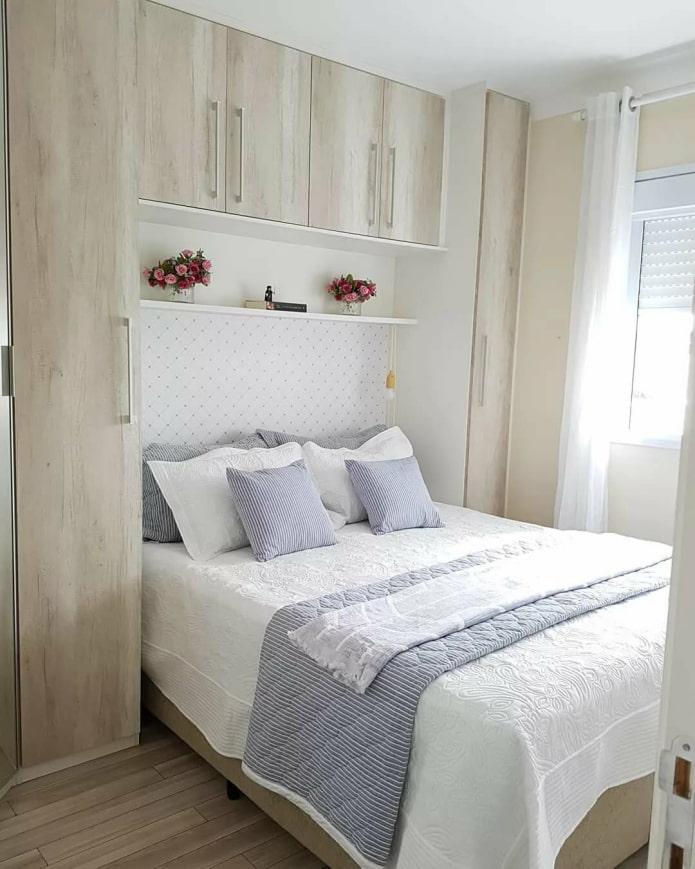 lit encastré dans une armoire