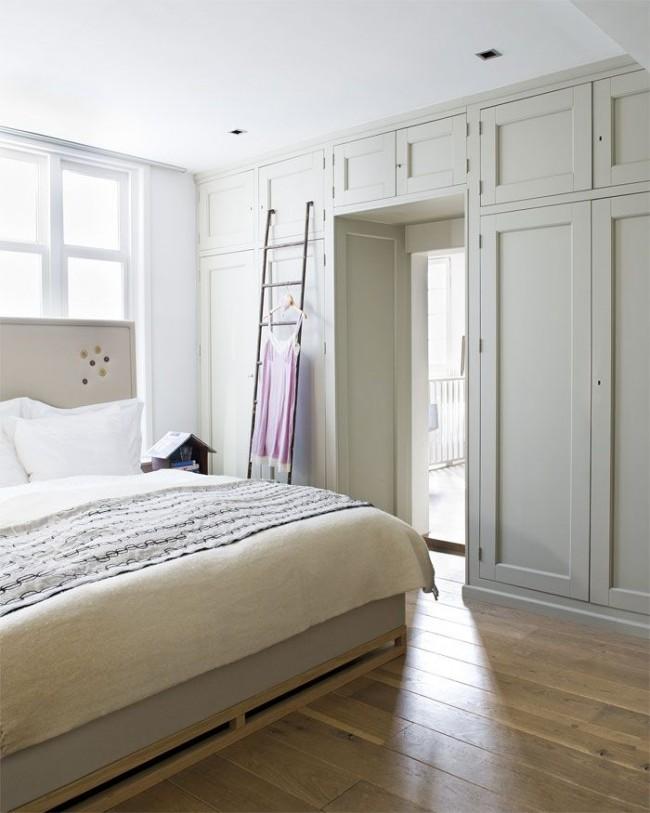Armoire avec mezzanine au dessus de la porte