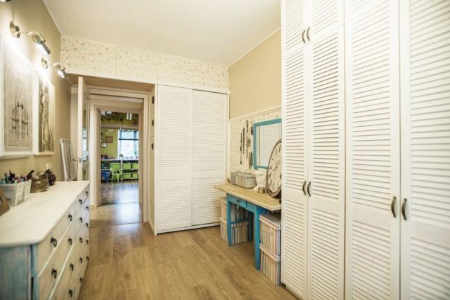 Les portes recouvertes de papier peint aideront la mezzanine à s'intégrer à l'intérieur