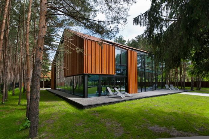 maison high-tech dans la forêt