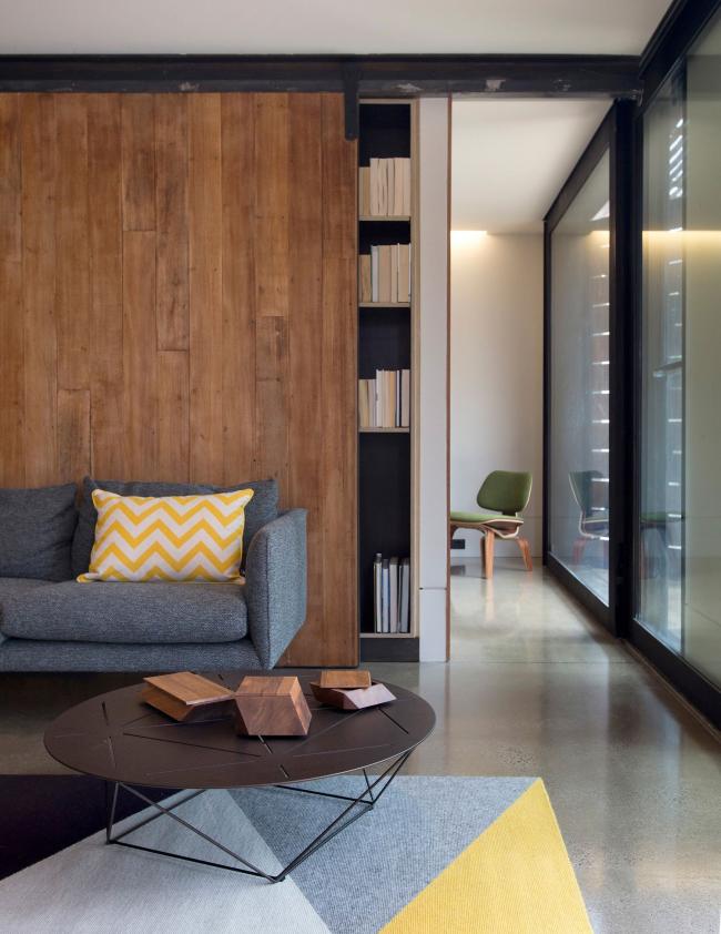 La combinaison à l'intérieur des portes coulissantes en bois pour une bibliothèque et des portes intérieures en verre