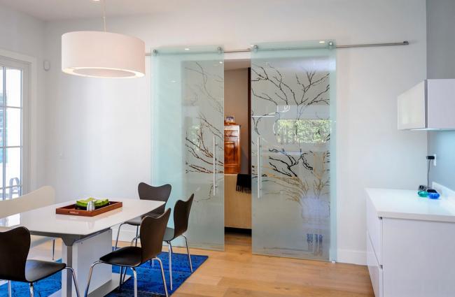 Portes coulissantes en verre très délicates avec un motif soigné