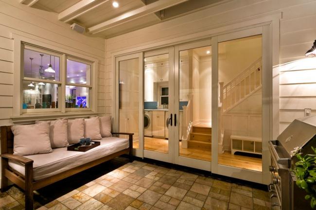 Portes coulissantes reliant la maison et la terrasse d'été d'une maison privée