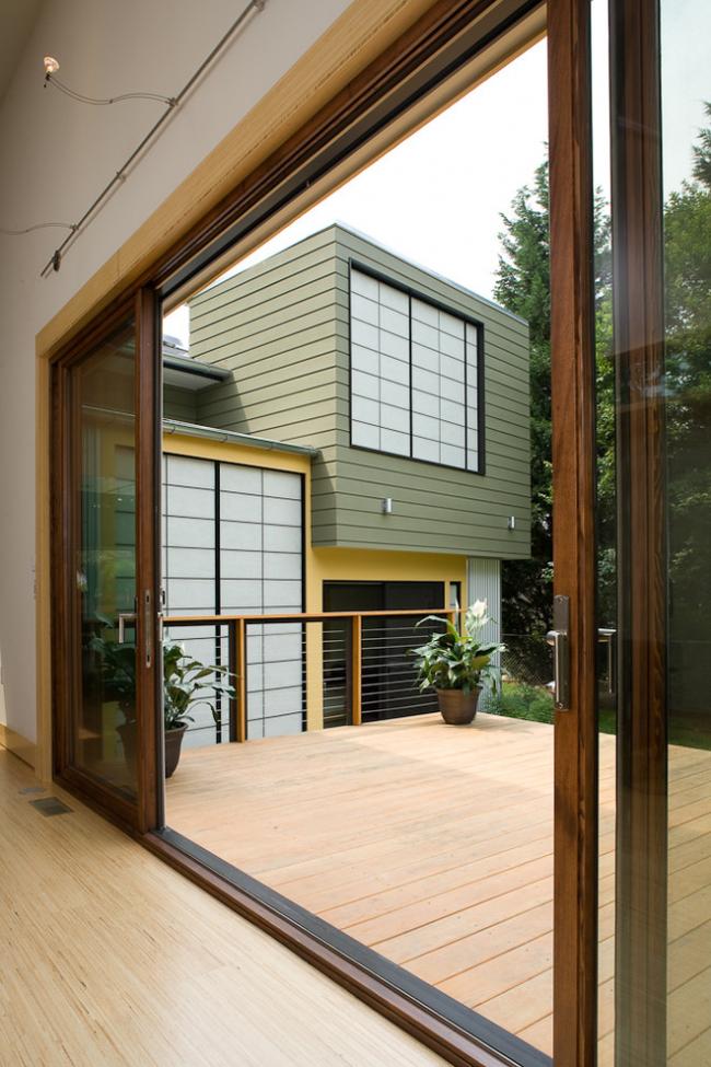 Portes coulissantes à cassette dans une maison privée menant à une petite terrasse