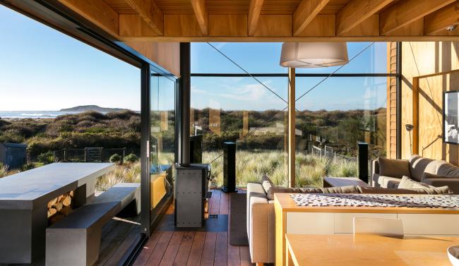 Une solution incroyablement belle pour une maison de campagne - décorez les murs sous de grandes portes coulissantes en verre