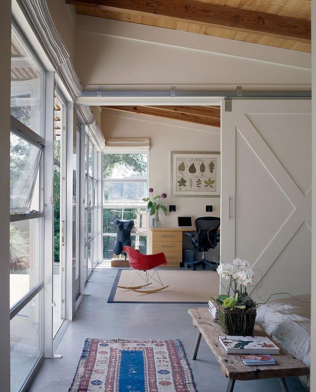 Les portes coulissantes intérieures en bois décorées en blanc compléteront parfaitement l'intérieur global