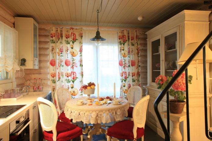 intérieur d'une maison en rondins de style provençal
