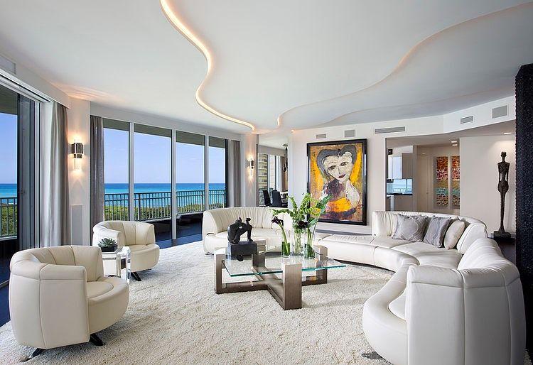 L'éclairage des plafonds à deux niveaux joue un rôle décoratif même à la lumière du jour