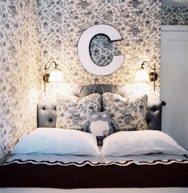 Décorer la pièce dans des couleurs claires aidera à agrandir visuellement l'espace de votre chambre.